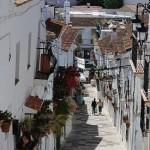 Petite rue fleurie aux murs blancs à Mijas