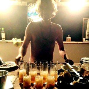 Laurent au bar servant des cocktails