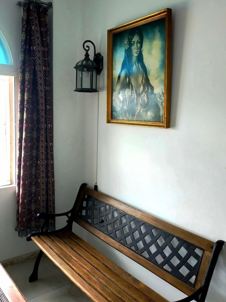 Chambre Andalouse banc fenêtre et portrait au mur