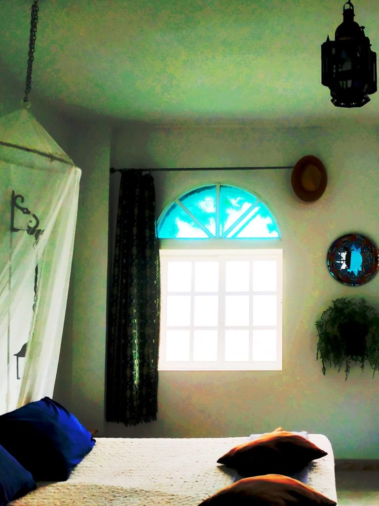 Chambre Andalouse lit et fenêtre
