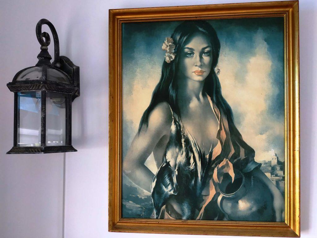 Chambre Andalouse mur avec lampe et portrait femme