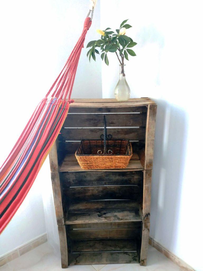 Chambre Tropicale hamac étagère en caisses et vase avec fleur
