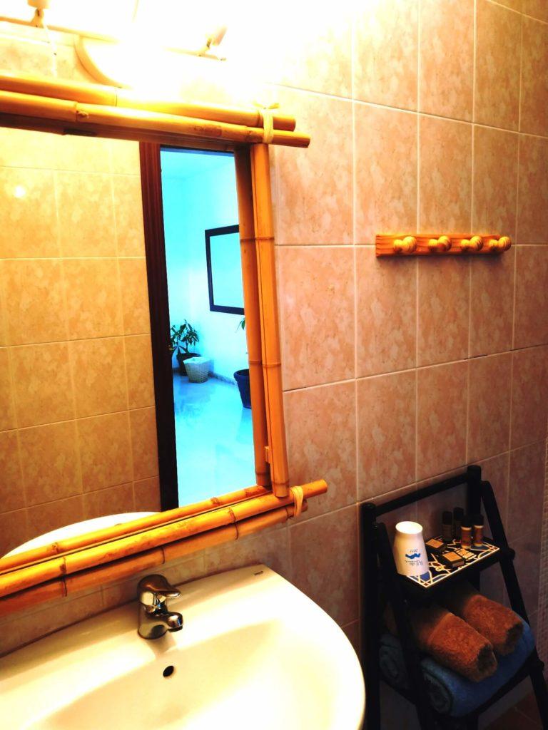 Salle de bain de la Chambre Tropicale lavabo et miroir