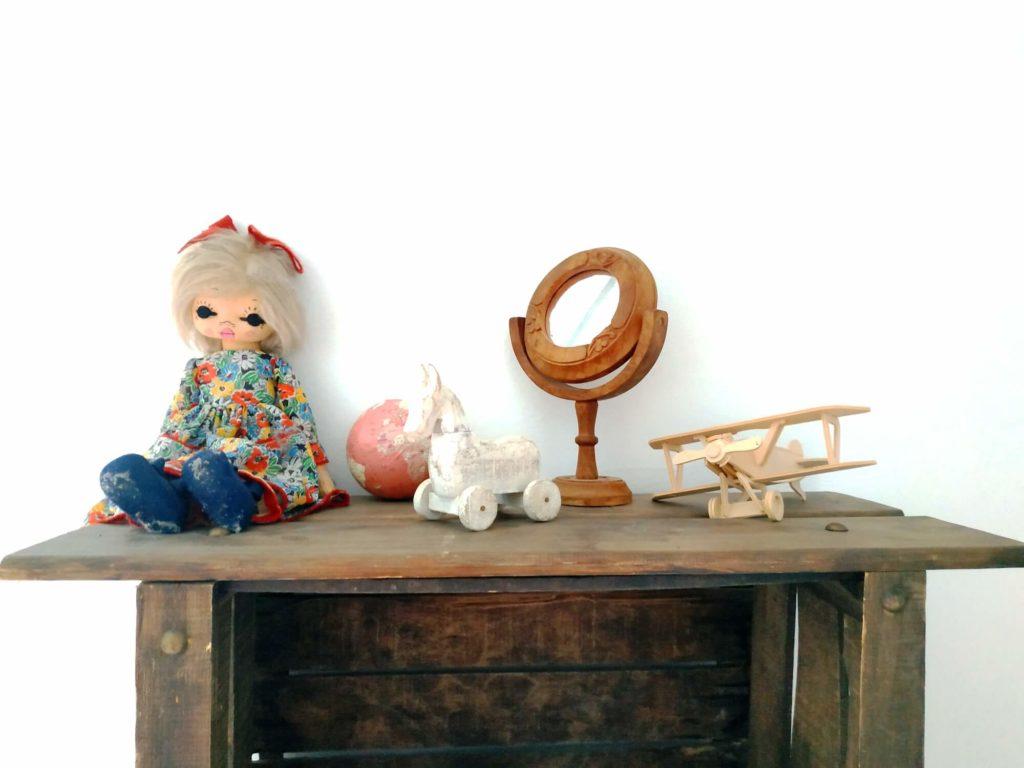 Chambre des Merveilles étagère avec trésors jouets anciens