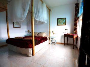 Chambre des Merveilles avec lit à baldaquin en bambou