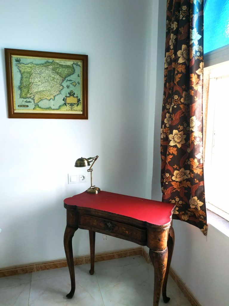 Chambre des Merveilles table de bridge transformée en guéridon