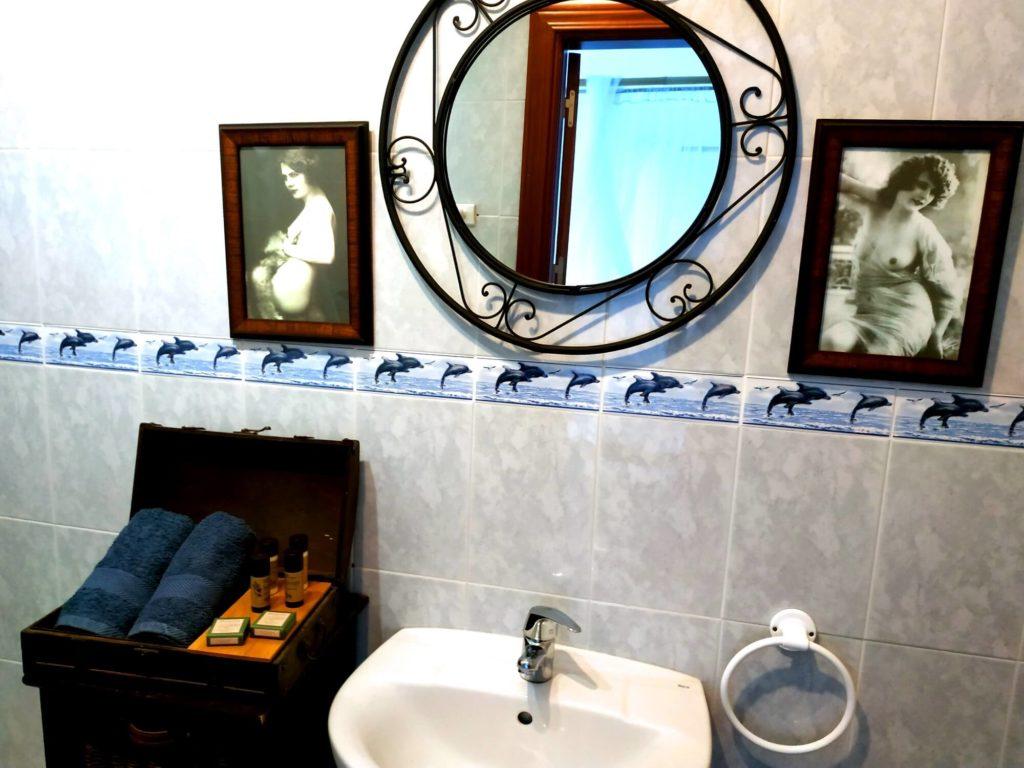 Chambre des Merveilles salle de bain lavabo et photos anciennes