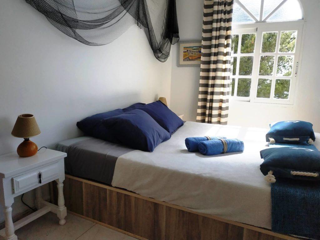 Suite Marina chambre avec lampes de chevet coussins et serviettes
