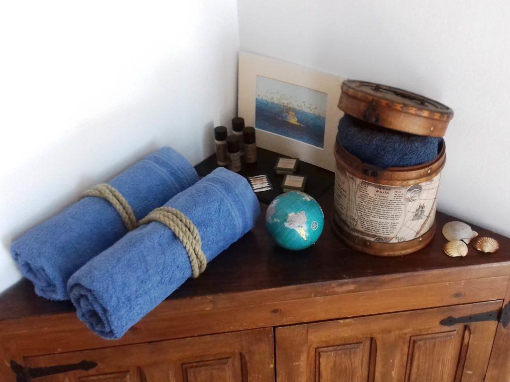 Suite Marina armoire d'angle avec serviettes et produits d'accueil