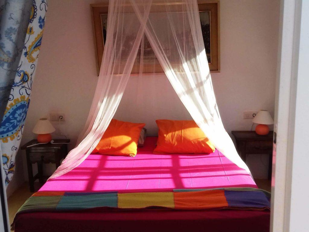 Casita gîte chambre lit coloré vu de face