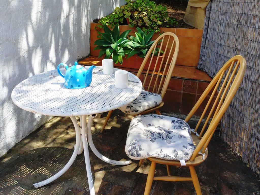 Coin de la terrasse de la Casita avec table et chaises