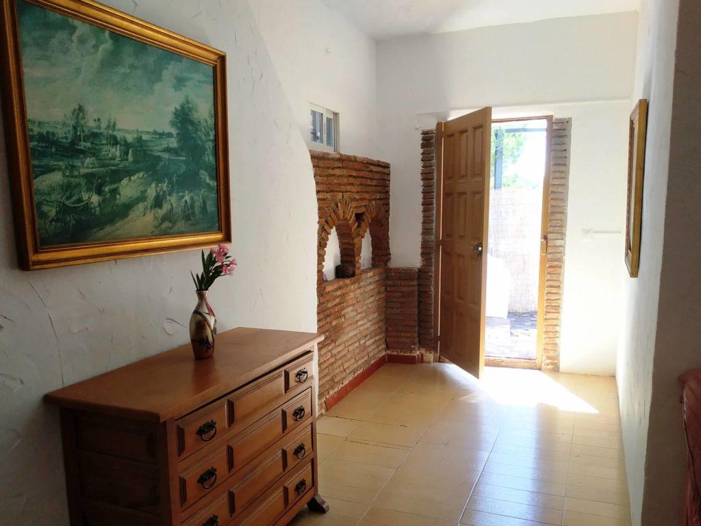 Intérieur de la Casita commode tableau et porte d'entrée ouverte