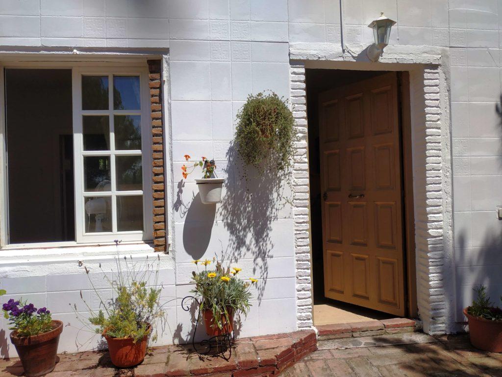 Vue d'ensemble de la façade fleurie de la Casita